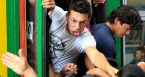 Un grup de radicali unguri a agresat refugiații din fața gării Keleti. Atac cu grenade asurzitoare