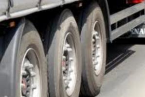 Accident cu trei TIR-uri în judeţul Arad: două victime