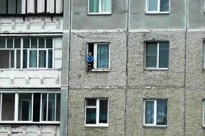 VIDEO ŞOCANT. La un pas de moarte. Un copil se joacă pe pervazul geamului, în picioare, la etajul 8