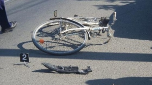 VIDEO. Incredibil. Un tânăr biciclist, lovit de un tren de mare viteză, a scăpat cu viaţă