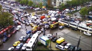 Nervi în trafic. Şoferii stau zeci de minute în trafic pentru a traversa o intersecţie