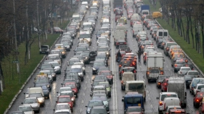 VIDEO. Bătaie ca în filme în Bucureşti. Doi şoferi îşi împart pumni şi picioare