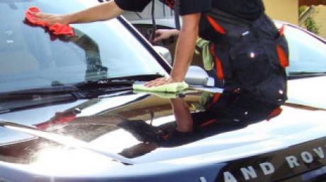 Şi-a lăsat maşina la spălătorie, dar nu se aştepta să se întâmple aşa ceva. Ce a făcut un angajat