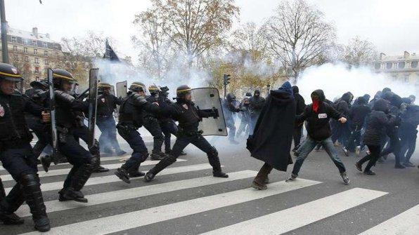 Proteste la Paris. 100 de oameni au fost arestaţi