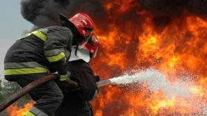 Incendiu devastator la un depozit de mobilă. Pompierii au intervenit cu 10 autospeciale