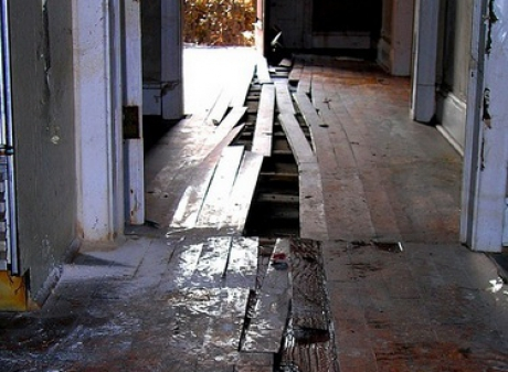A stat ascuns pe un spatele unei scânduri din pardoseală timp de 73 de ani... Când l-a descoperit, proprietarul casei a încremenit! Citește mai departe...