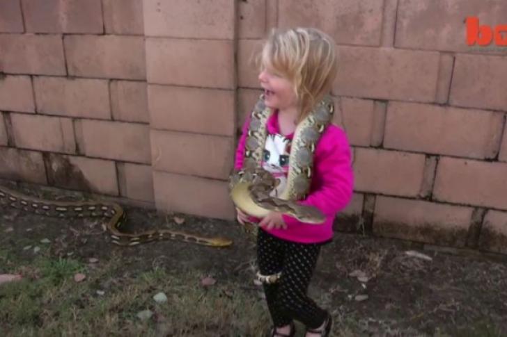 În loc de câini şi pisici, aceşti copii au şerpi ca animale de companie! Imaginile îţi vor da fiori!