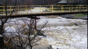 Cod portocaliu de inundaţii pe 10 râuri. Judeţele afectate