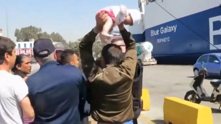 Scene de groază! Un imigrant a vrut să-și arunce bebelușul în polițiști