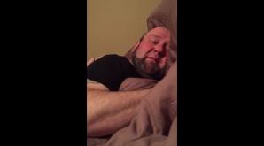 Şi-a găsit soţul în pat, în toiul zilei. Când a dat aşternutul la o parte, femeia a împietrit! Era..