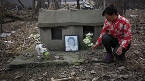 Conform traditiei chinezesti, rudele si prietenii ii aduc un ultim omagiu persoanei decedate