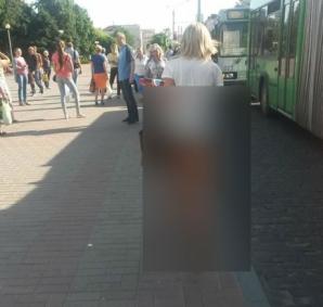 Cum a ieșit această femeie în centrul orașului. Nu mai are nicio jenă. Trecătorii au încremenit