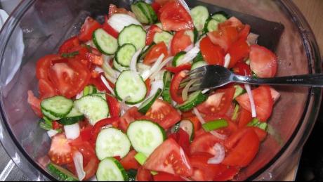 Salată cu roşii şi castraveţi este nelipsită de pe mesele noastre în zilele de vară. Cu toatea acestea, unii specialişti susţin că cele două legume nu ar trebui asociate la aceeaşi masă. Iată câteva motive pentru a evita combinaţia roşii-castraveţi: Citește mai departe...