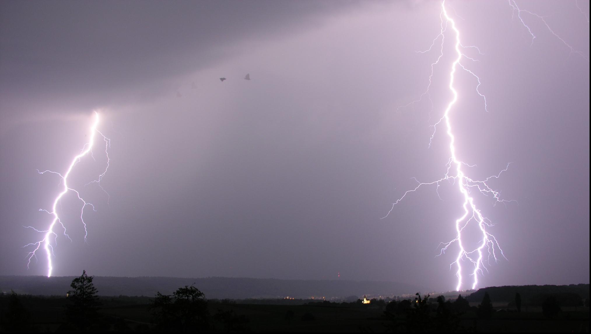 COD GALBEN de furtună şi grindină în mai multe judeţe ale ţării. Zonele afectate