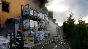 Fabrica de pantofi de la Jilava arde de 3 ZILE! Jetul de apă nu ajunge în centrul halei
