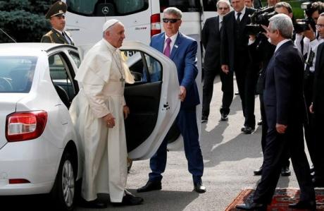Papa Francisc a fost transportat cu o mașină Dacia Logan în timpul vizitei în Armenia. Citește mai departe...
