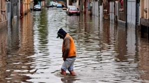 Ploile au făcut ravagii în ţară: peste 120 de gospodării inundate, o biserică - lovită de fulger