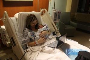 Povestea emoţionantă din spatele unei fotografii banale. Mama bebelușului zâmbeşte, iar tatăl lui...