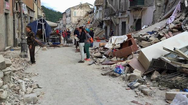 Cutremurul din Italia. Bilanţ tragic: 250 de morţi. Surse: 12 români au murit