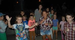Copiii iau lecții despre dinozauri în parc, îmbinând cunoștințele cu joaca și arta