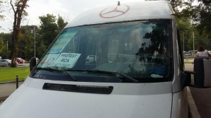 Transportatorii au reluat protestele faţă de creşterea tarifelor RCA. Mai multe drumuri, blocate