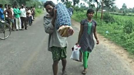 Un bărbat din India a trecut, recent, printr-o experienţă înfiorătoare! Silit de împrejurări, acesta a cărat trupul lipsit de viaţă al soţiei în spate, pe o distanţă de 10 km. Citește mai departe...