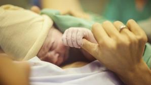 Îngrozitor! Un copil a fost ţinut cu forţa în burta mamei ca să nu se nască. Motivul şocant