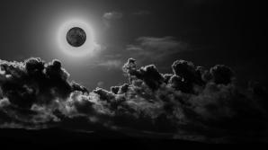 Vineri noapte este LUNĂ NEAGRĂ. Fenomenul este meţionat în Biblie. Ce semnificaţie are?