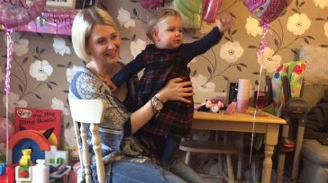 Lizzie Allen, o femeie în vârstă de 32 de ani, a trecut dintr-un coşmar în altul... După ce a pierdut nu mai puţin de 16 sarcini, a născut o fetiţă de toată frumuseţea. Sorta, însă, i-a mai dat o palmă: copila i-a murit, după 14 ore de agonie. Citește mai departe...