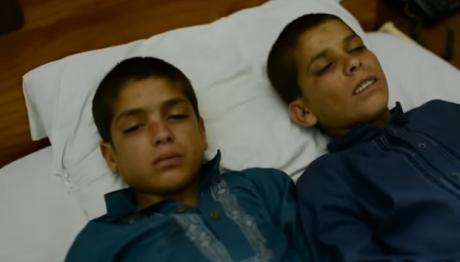Ziua acești doi băieței sunt niște copii obișnuiți. Noaptea, însă, corpul lor se modifică
