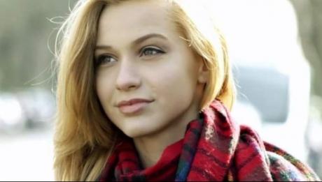 O fată superbă de 16 ani s-a spânzurat în toaleta școlii. Motivul e halucinant