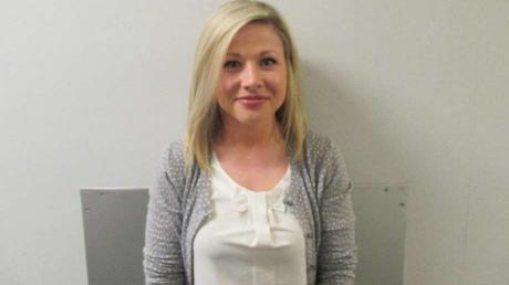 Motivul șocant pentru care o profesoară acuzată că s-a culcat cu un elev zâmbește în arest