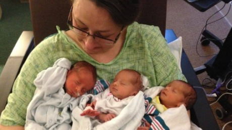Şi-a ţinut tripleţii în braţe câteva minute. Atât! După 10 zile, a murit! DETALIUL care a îngrozit