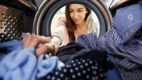 Cum să scoți rufele călcate direct din mașina de spălat. Trucul genial care face înconjurul lumii