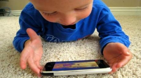 Şi-a lăsat copilul să se joace cu smartphone-ul. Medicii au fost şocaţi. Ce păţise micuţul