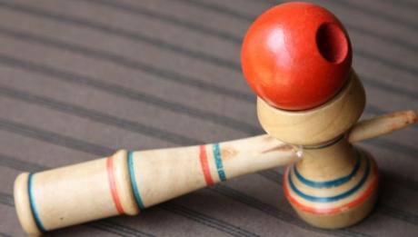 Ce este, de fapt, KENDAMA, jucăria care face furori în rândul copiilor. Atenţie, părinţi!