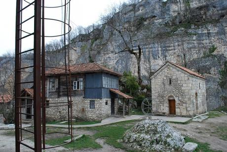 Un călugăr a construit cea mai inedită biserică din lume: pe o stâncă, la 45m înălţime. Cum arată