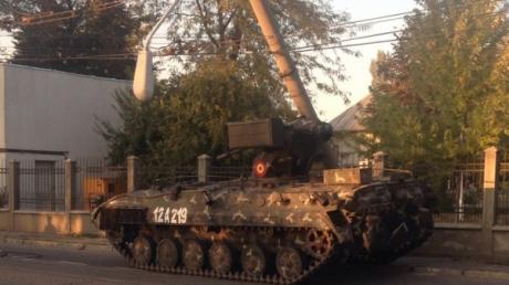 Accident spectaculos. Un tanc scăpat de sub control a distrus un stâlp de electricitate