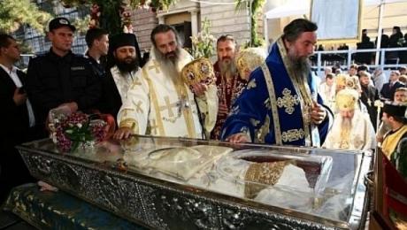 Zeci de mii de credincioși, în procesiune cu moaștele Sfintei Cuvioase Parascheva