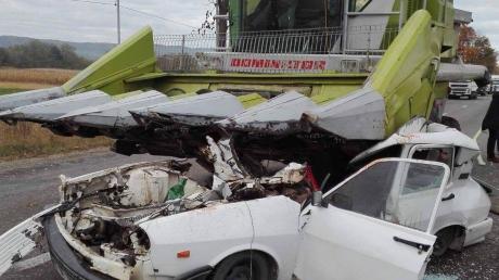 Moarte teribilă la Timișești. O mașină a intrat sub o combină agricolă: şoferul n-a avut nicio şansă
