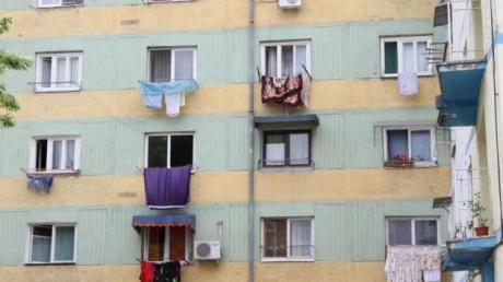 Copil căzut de la etaj, la Iaşi. Incredibil! Fetiţa de 2 ani a spart singură geamul cu un ciocan