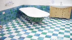 Renovau o baie si au vrut sa scoata cada veche! Au incremenit cand au vazut ce se ascundea sub ea
