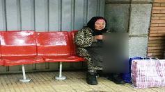 Scandalos. Cum a fost fotografiata aceasta batrana in statia de metrou de la Eroilor