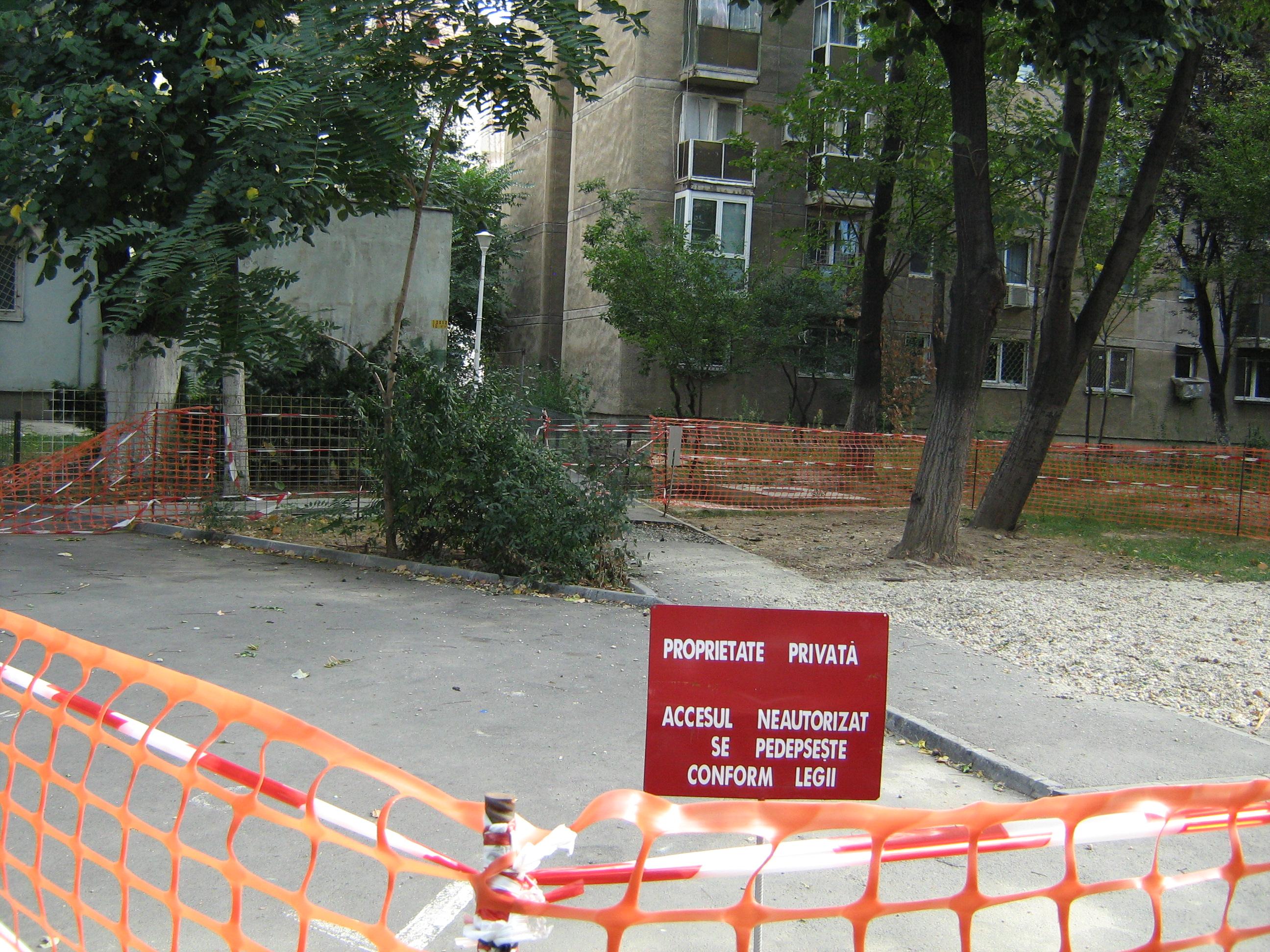 Acolo unde unii au văzut domeniu public, alţii au văzut un loc numai bun de retrocedat. O parcare, o alee şi câţiva copaci au devenit proprietatea privată a unui bucureştean care a cerut retrocedarea în natură a unui teren din cartierul Dorobanţi.