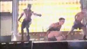Jennifer Lopez a căzut pe scenă în timpul show-ului American Music Awards 2009