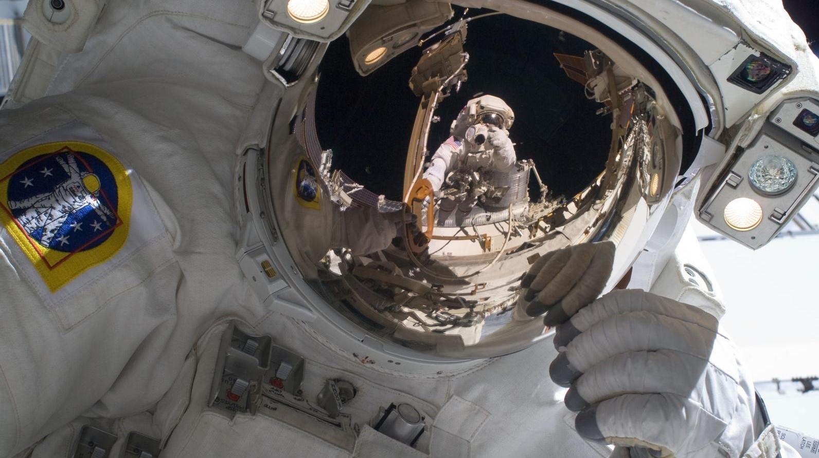 O imagine de aproape a căştii astronautului Mike Foreman.