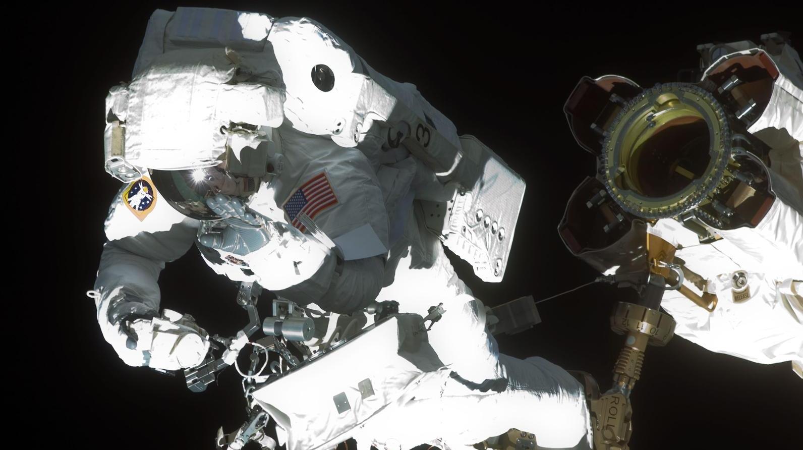 Astronautul Mike Foreman duce la bun sfârşit o misiune la exteriorul ISS.