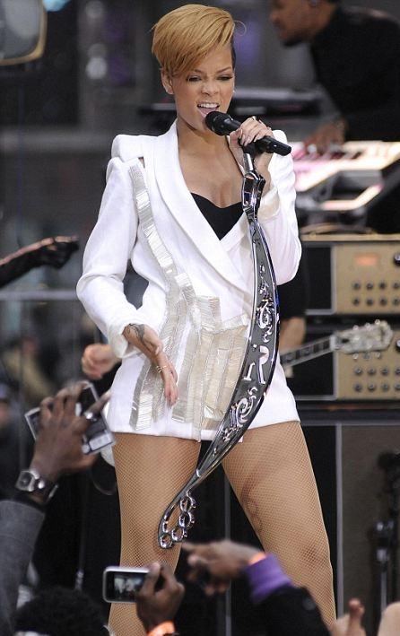 Rihanna, criticată pentru ţinută