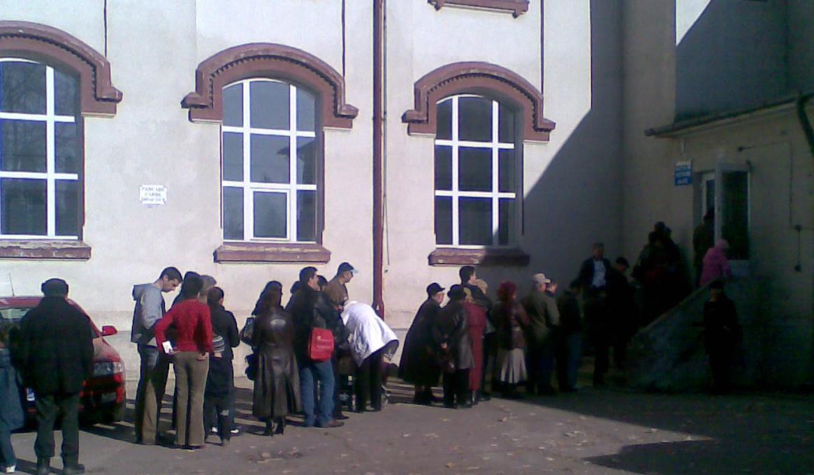 Aglomeraţie la o secţie de votare din Argeş