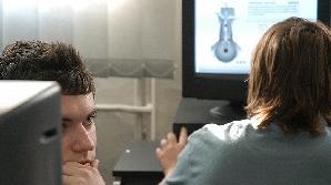 Tinerii îşi împart timpul online între ştiri şi muzică